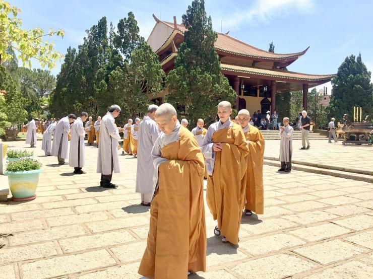 Các ni cô trong thiền viện Trúc Lâm