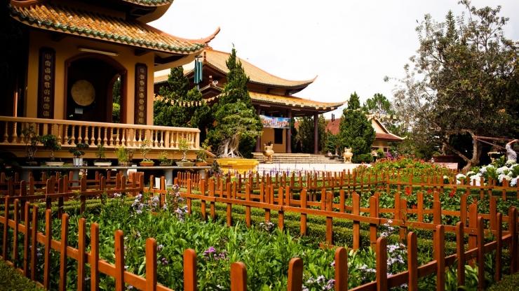Du khách không thể bỏ qua vườn hoa xinh đẹp khi đến Thiền Viện Trúc Lâm