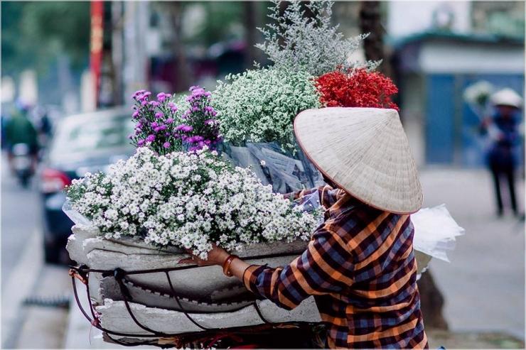 Hình ảnh quen thuộc trên các con phố khi Hà Nội vào thu