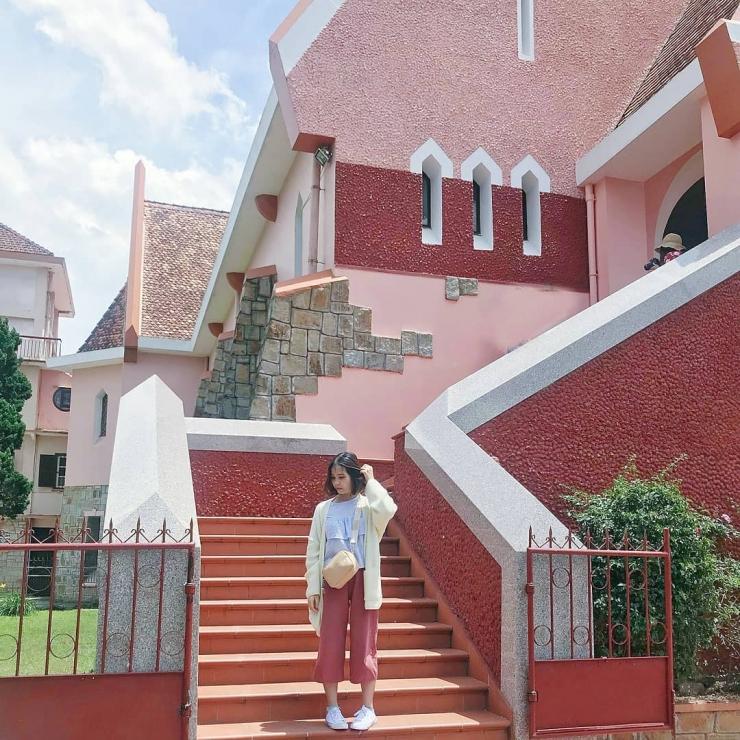 Bên hông nhà thờ