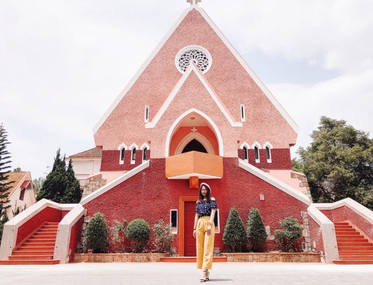 Hai dải bậc thang đi lên sảnh chính nhà thờ
