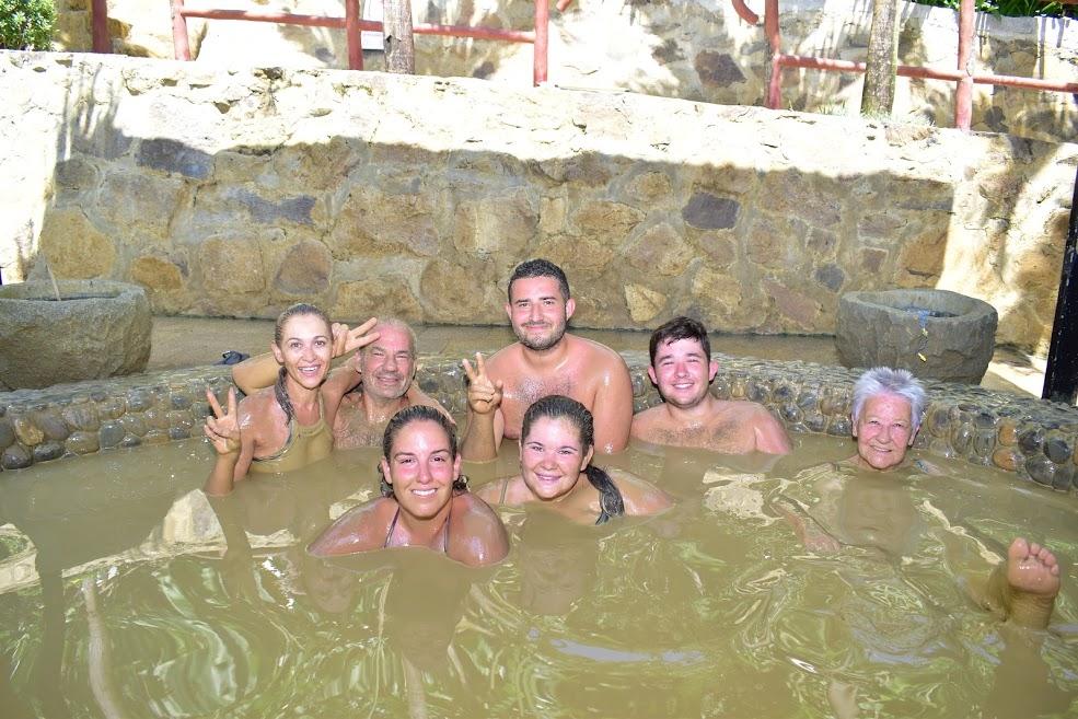 Du khách tắm bùn khoáng