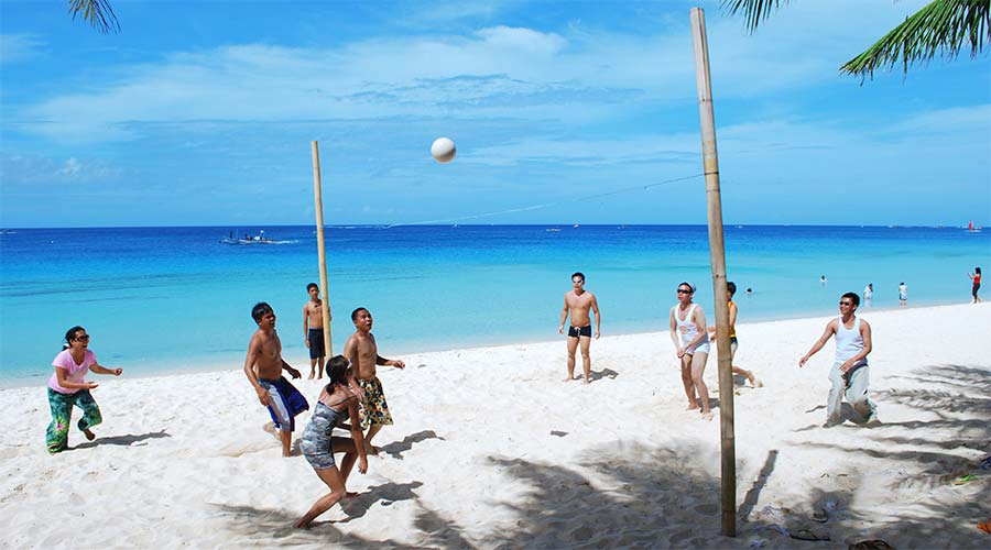 Chơi bóng chuyền trên bờ biển