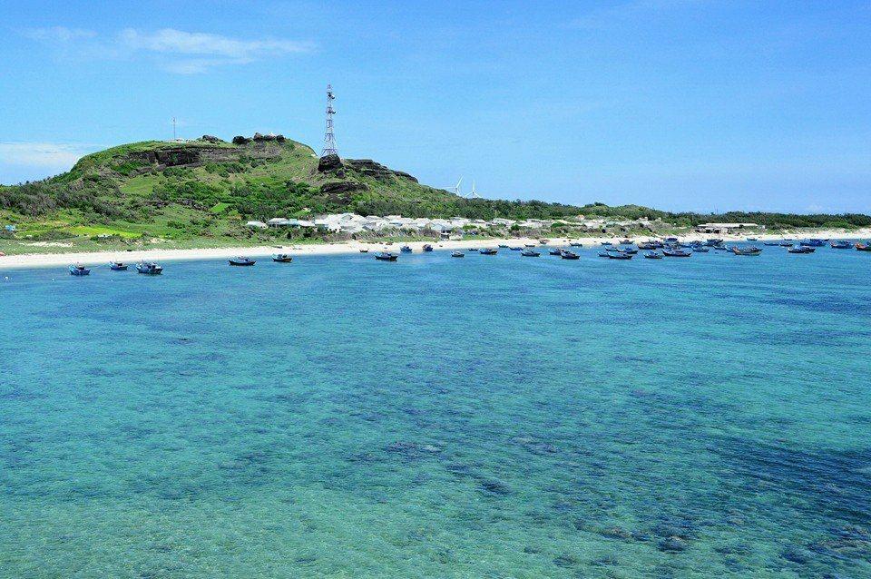 Nước biển trong xanh nhìn thấy đáy khi ra đảo Phú Quý