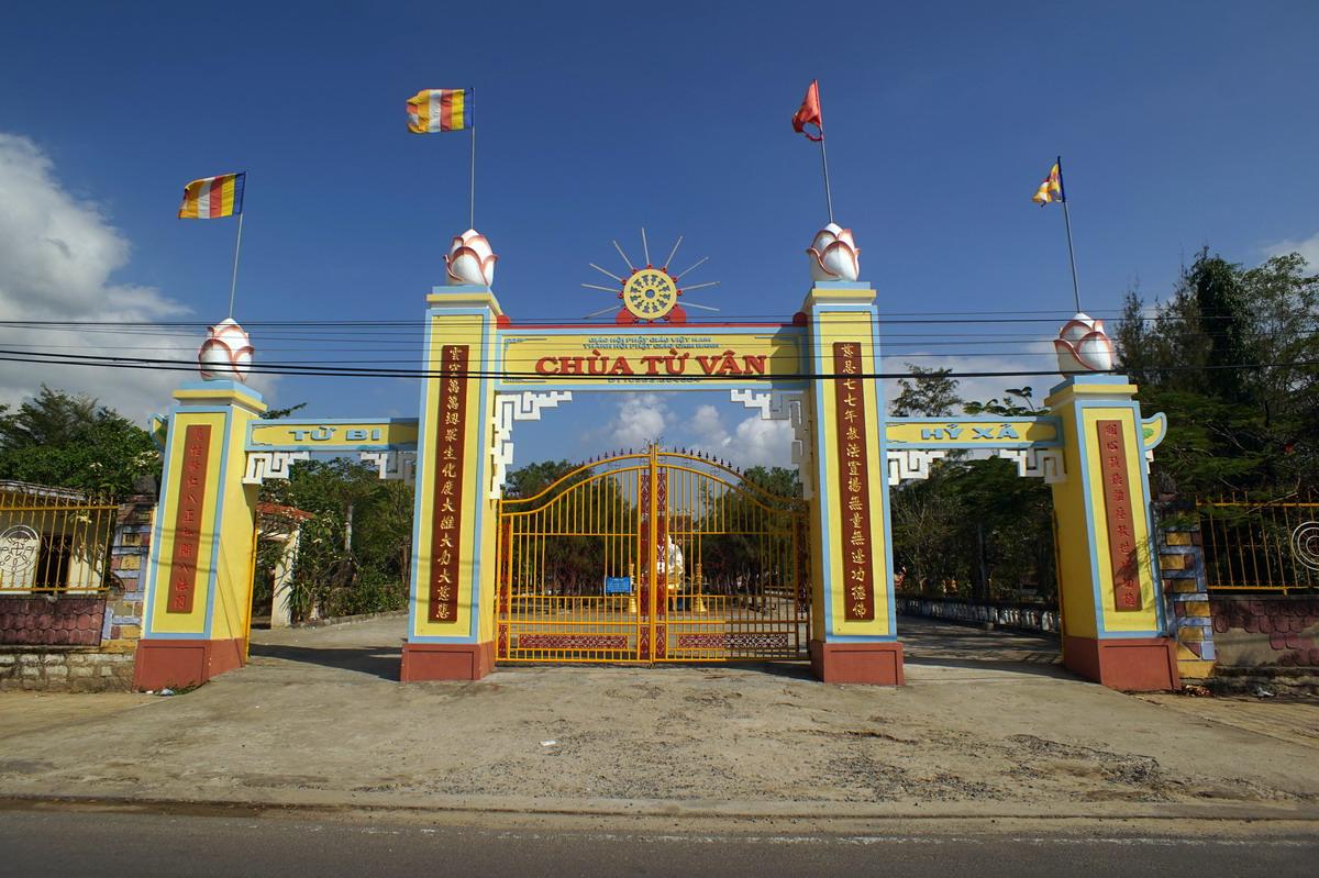 Cổng chùa Từ Vân