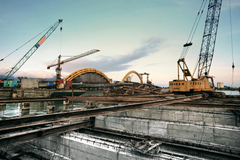 Cầu rồng trong thời gian xây dựng