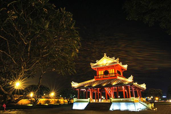 Cung thành Huế về đêm