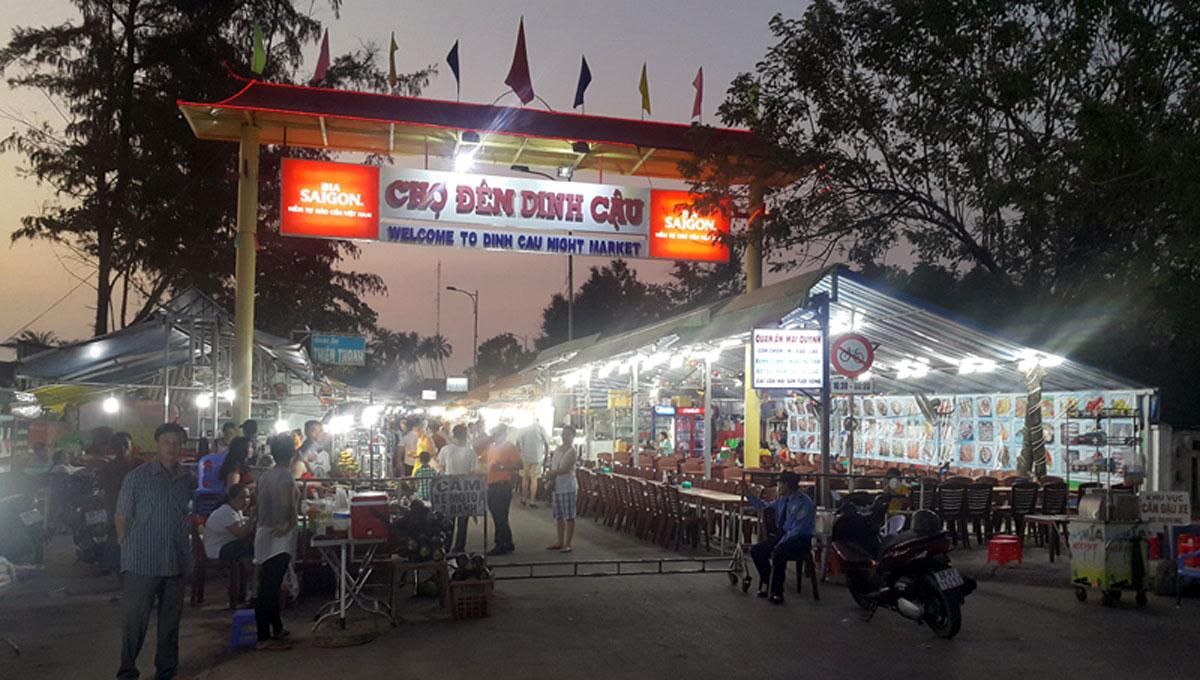 Cổng vào chợ đêm Dinh Cậu