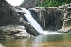 Vực phun du lịch phú yên - Một hố sâu tạo bởi nước và đá
